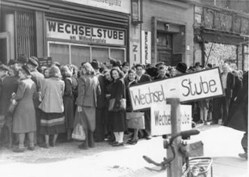 Западный Берлин, Виттенбергплац. - Валютная реформа 1948/49.  Очередь людей перед обменным пунктом, 1948/49